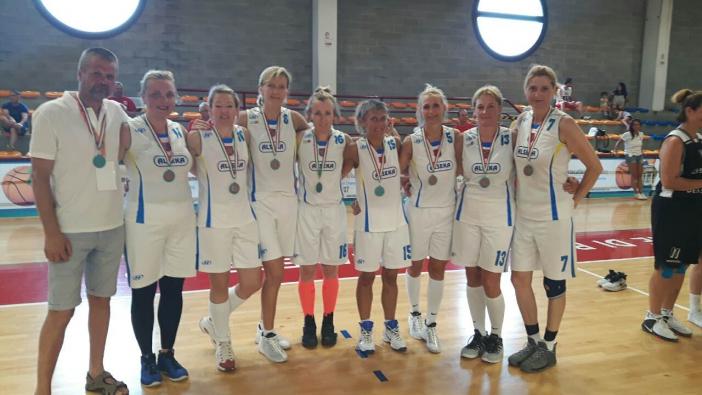 Moterų 45+ komanda, užėmusi 4-ąją vietą